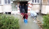 Vatandaşlar suyla dolan apartmanda mahsur kaldı