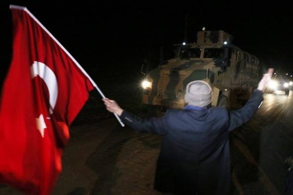 Köylüler askerleri bayrakla karşılayıp duayla uğurladı