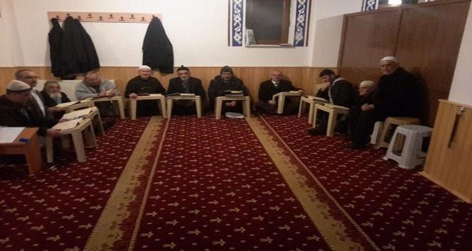 Cami cemaati, Kur'an-ı Kerim öğreniyor