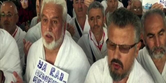 Umre için Kabe'ye giden Türklerden Mehmetçiğe dua