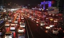 İstanbulda sağanak yağış trafiği olumsuz etkiledi