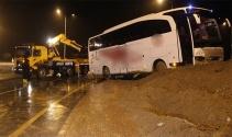 Kontrolden çıkan yolcu otobüsü kavşaktaki toprağa saplandı