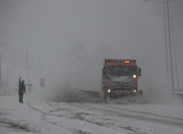 Yoğun kar, yolu trafiğe kapattı