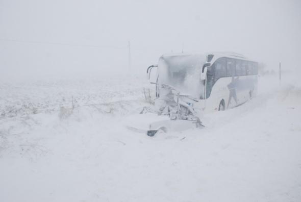 Yolcu otobüsü otomobile çarptı: 1 ölü, 3 yaralı