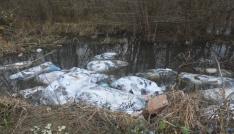 Yol kenarına dökülen tekstil çöpüne inceleme