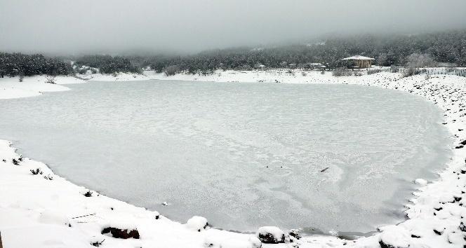 Yozgat'ta göletler dondu, yamaçlarda sarkıtlar oluştu