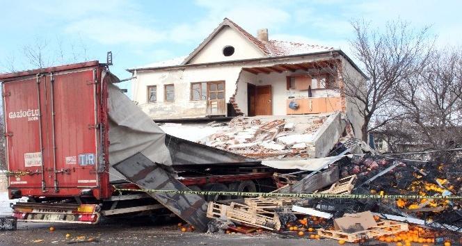 Yozgat'ta portakal yüklü tır binaya girdi: 1 yaralı