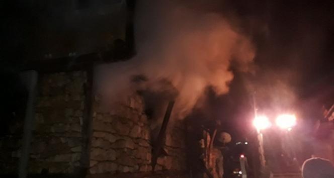 Evlerinde mahsur kalan yaşlı çift yanarak can verdi