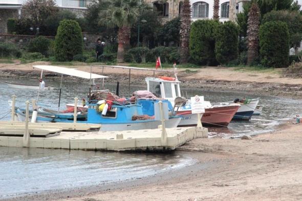 Deniz çekildi, balıkçı tekneleri karaya oturdu