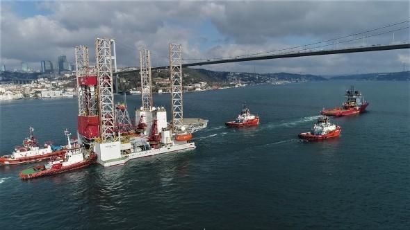 Dev petrol platformunun Boğaz'dan geçişi havadan görüntülendi