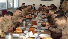 Kaymakam Erat, askerlerle kahvaltıda bir araya geldi