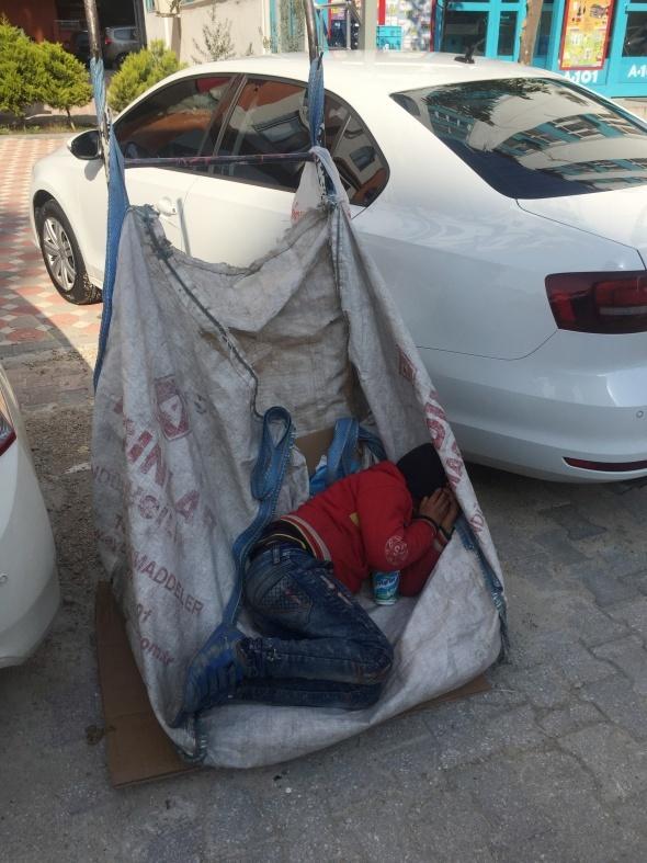 Atık kağıt topladığı el arabasında uyuyakaldı, hayatı değişti