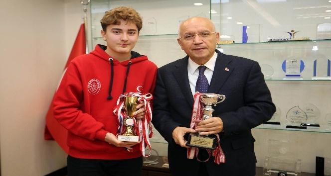 Genç eskrimci Başkan Yaşar'ı ziyaret etti