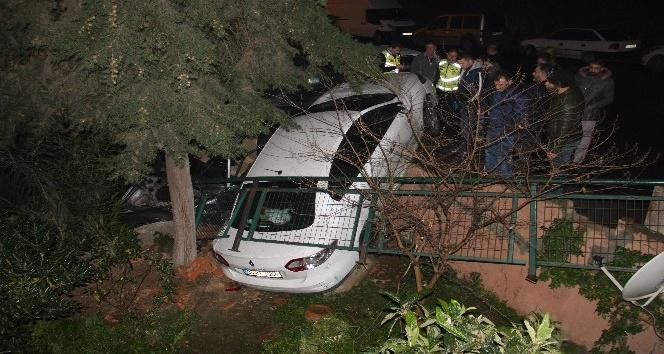 Kaza yapan araç bahçeye uçtu