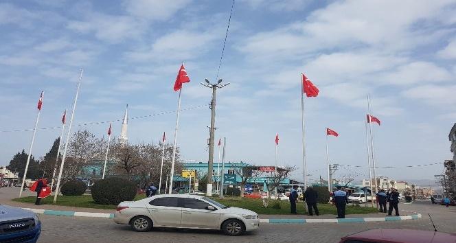 Gölmarmara'daki Türk bayrakları yenilendi