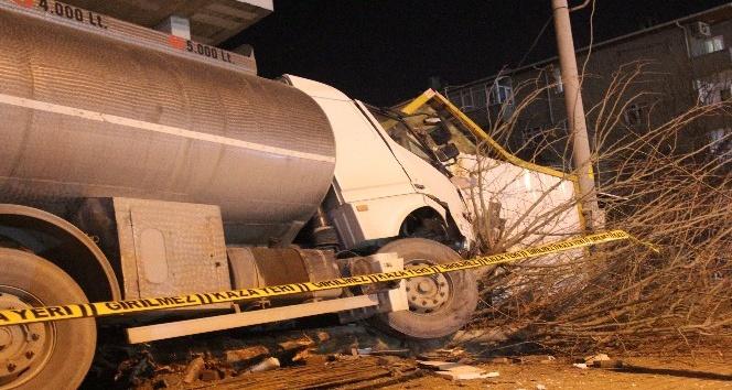 Freni boşalan tanker bekçi kulübesine girdi