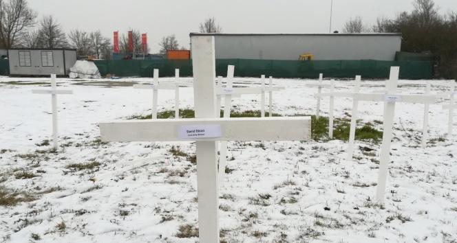 Almanyada cami arsasına haçlar dikildi