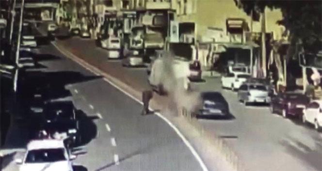 Yolun karşısına geçerken düşen roketten kıl payı kurtuldu