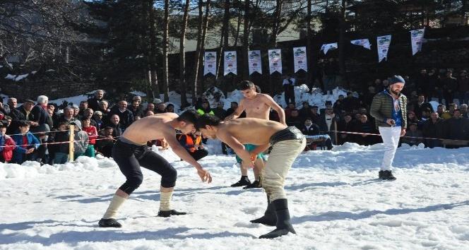 Türkiyenin kar sütündeki tek Karakucak Güreşleri İngiliz basınında