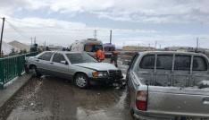 Kar yağışı nedeniyle kayganlaşan yolda otomobil ile kamyonet çarpıştı: 4 yaralı
