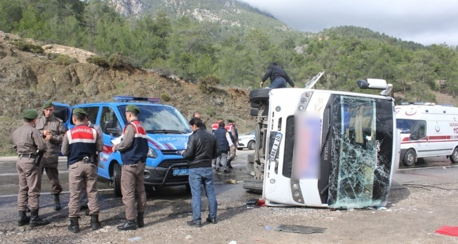 Antalyada midibüs devrildi: 15 yaralı