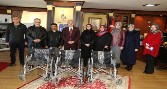 Toplanan mavi kapaklar sayesinde tekerlekli sandalye sahibi oluyorlar