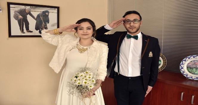 Gelin ve damattan Mehmetçiğe asker selamı