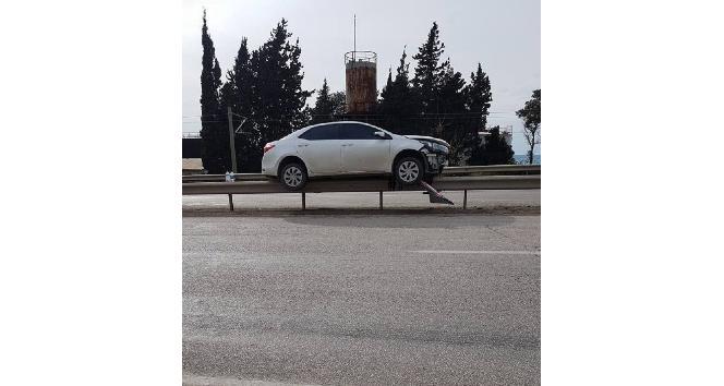 Otomobil çelik bariyerlerin üzerinde kaldı