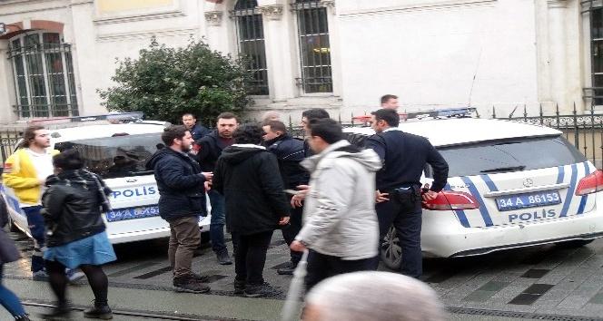 (Özel) Taksim'de uyuşturucu madde etkisindeki genç polise zor anlar yaşattı