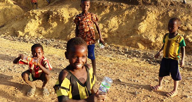 Etiyopyalı çocukların ilginç pet şişe dansı