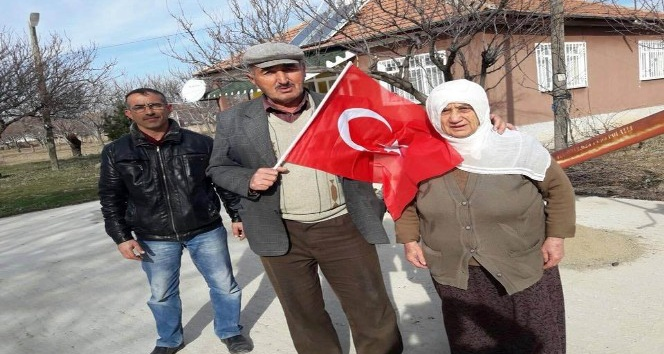 Vatandaşlara Türk Bayrağı dağıtıldı