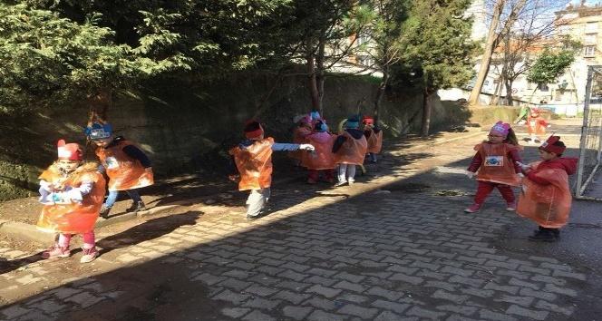 Minik öğrencilerden çevre temizliği