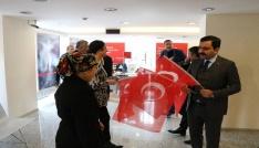 Belediyeden STKlarla birlikte Türk Bayrağı dağıtımı