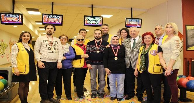 Görme engellilerin kıyasıya bowling mücadelesi