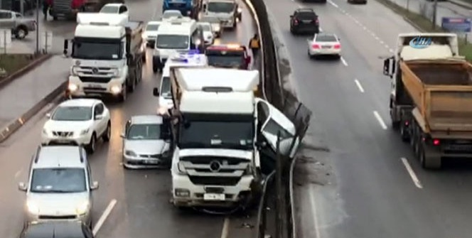 Şile yolunda hafriyat kamyonu iki aracı ezdi