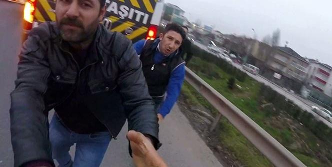 Motosikletli el kol hareketi yapınca servis şoförü tekme tokat saldırdı