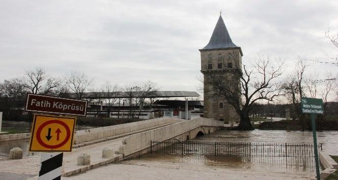 Tunca Nehri riskli seviyede akmaya devam ediyor