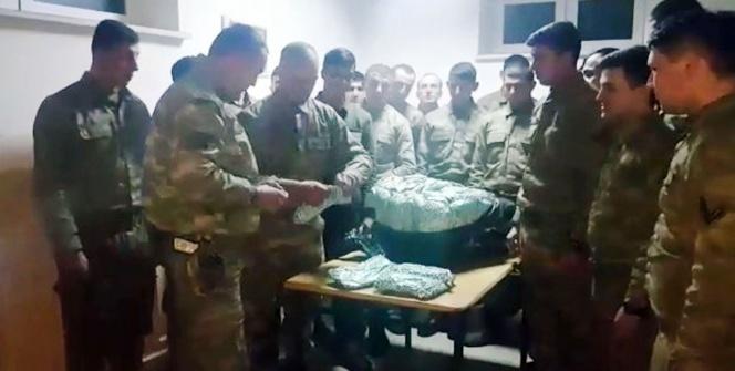 Hediyelerini alan askerler o anları kaydedip görüntülü mesajla teşekkür etti
