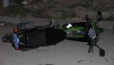 1 motosiklete 4 kişi binen Afgan aileye otomobil çarptı: 4 yaralı