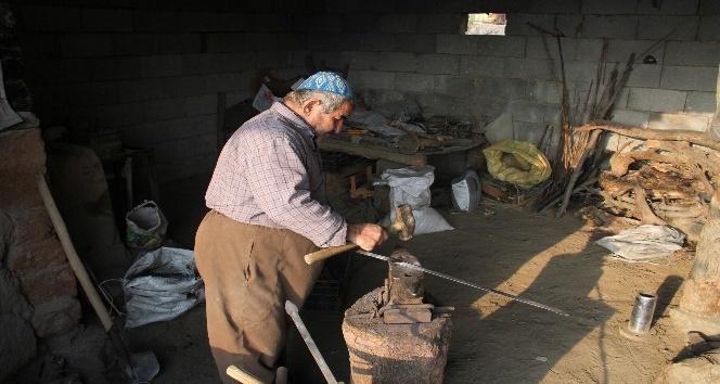 Sınırda 50 yıldır demir dövüp ekmeğini çıkartıyor
