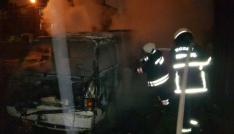 Park halindeki minibüs gece geç saatlerde yandı