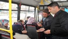 Kahraman şoförle hayatını kurtardığı vatandaş yolculara tatlı ikram etti