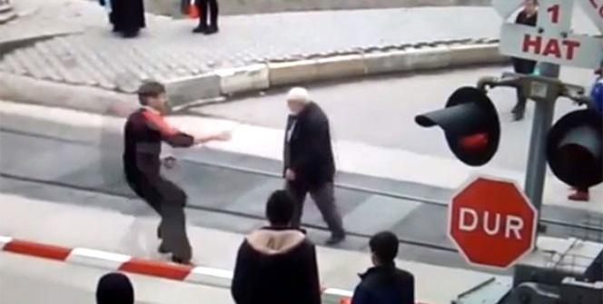 Yaşlı adam trenin altında kalmaktan son anda kurtarıldı