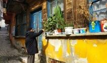 Çocukluğunu, komşularını ve annesini bir pencerede yaşatıyor