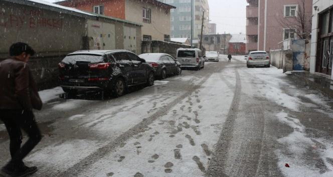 Ağrıda kar yağışı etkili oluyor