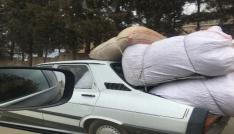 Çuvalların bagajdan taştığı otomobilin tehlikeyi yolculuğu