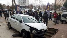 Adıyamanda kontrolden çıkan otomobil dehşet saçtı: 2 yaralı