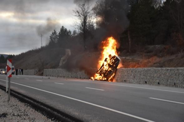 Alev topuna dönen otomobildeki 5 kişi yanarak can verdi