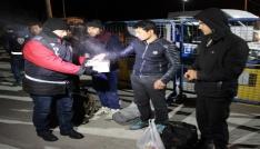 Dondurucu soğukta polislerden göçmenlere çay ikramı