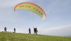 Görme engelliler yamaç paraşütüyle uçtu